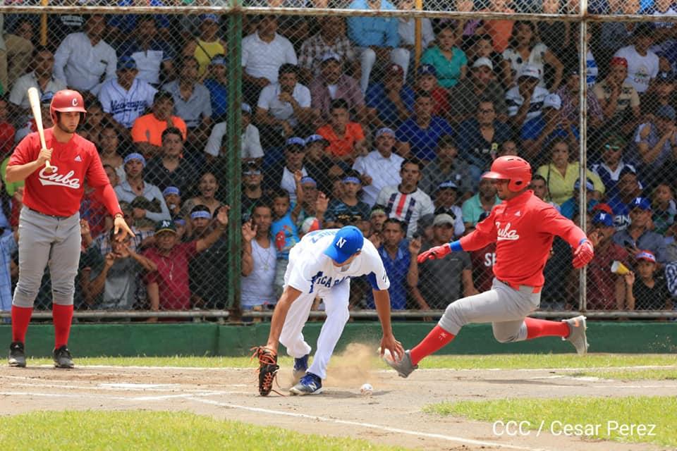 Una de las jugadas realizadas en el tercer partido de la serie Nicaragua vs Cuba