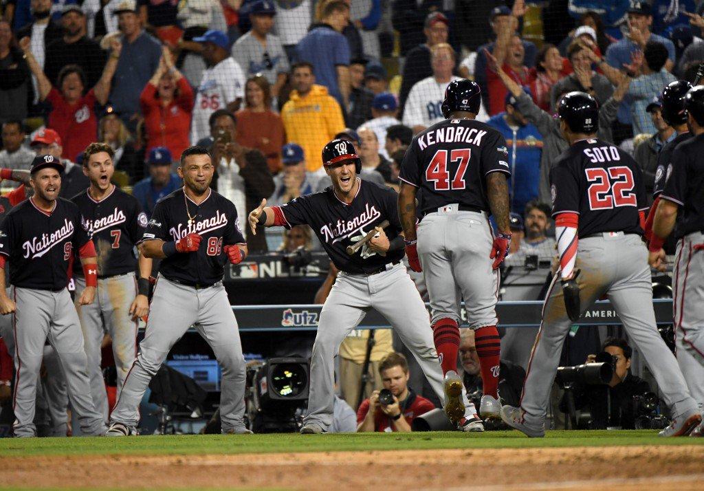 Kendrick celebra el cuadrangular con las bases llenas.