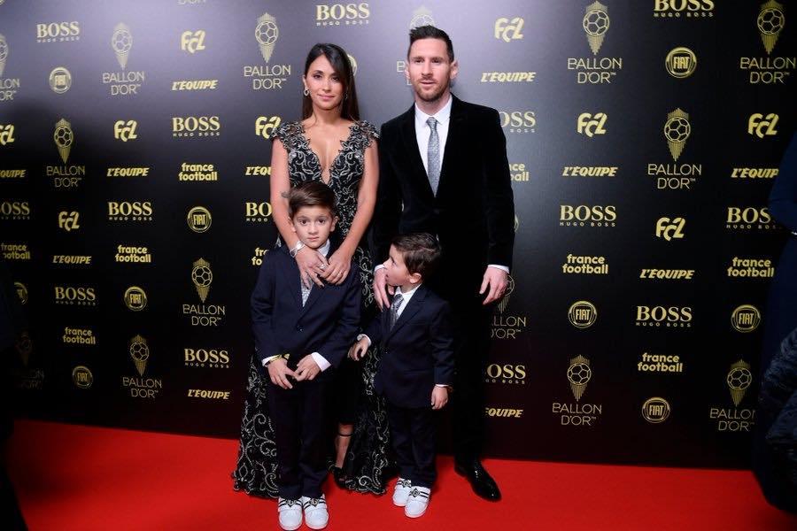 Lionel Messi junto a su familia en la alfombra roja del evento