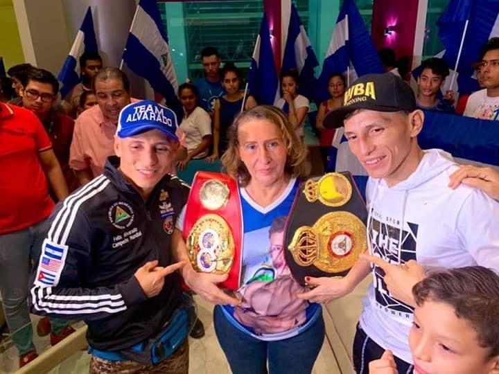 Los hermanos Alvarado junto a su Mamá con los títulos mundiales