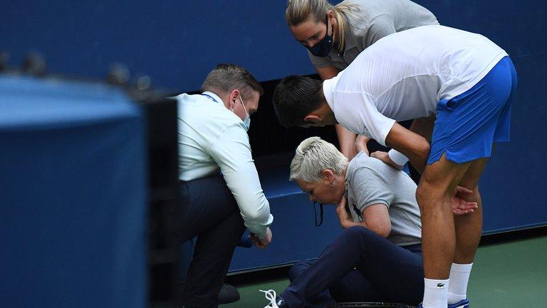 Momento donde Djokovic y pide disculpas a la jueza lateral