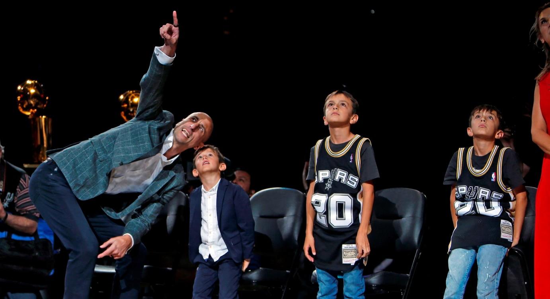 Manu con sus hijos en su noche especial con los Spurs
