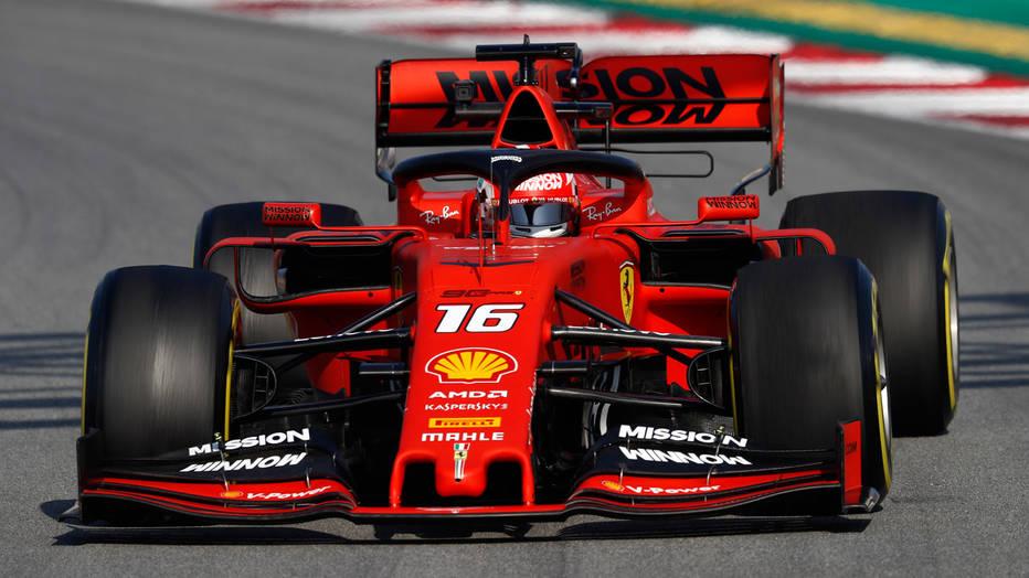 Leclerc en su monoplaza rojo caracteristico de Ferrari