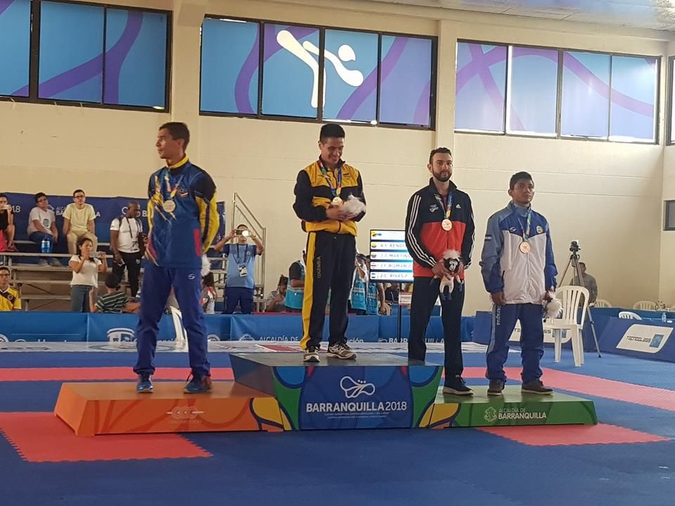José Rivas en el podio con su medalla de bronce