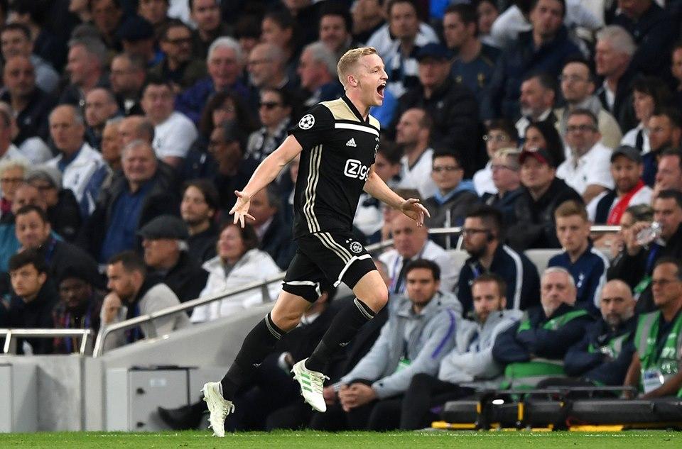 Donny Van de Beek celebra su gol ante el Tottenham