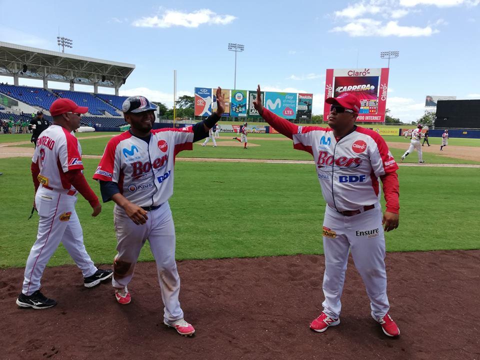 Juan Carlos Urbina líder de home run y carreras impulsadas.