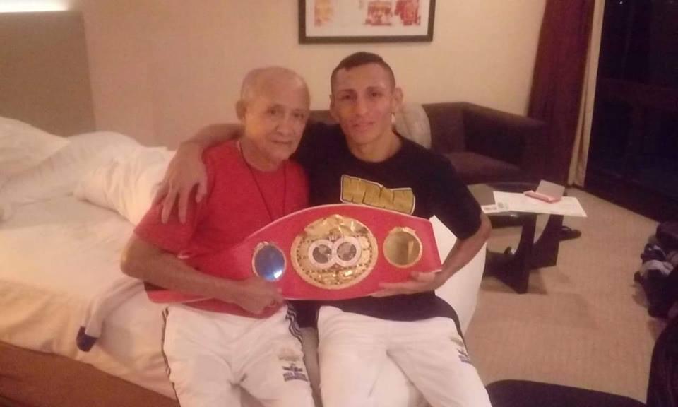 Félix Alvarado con el título de campeón 108 lbs FIB