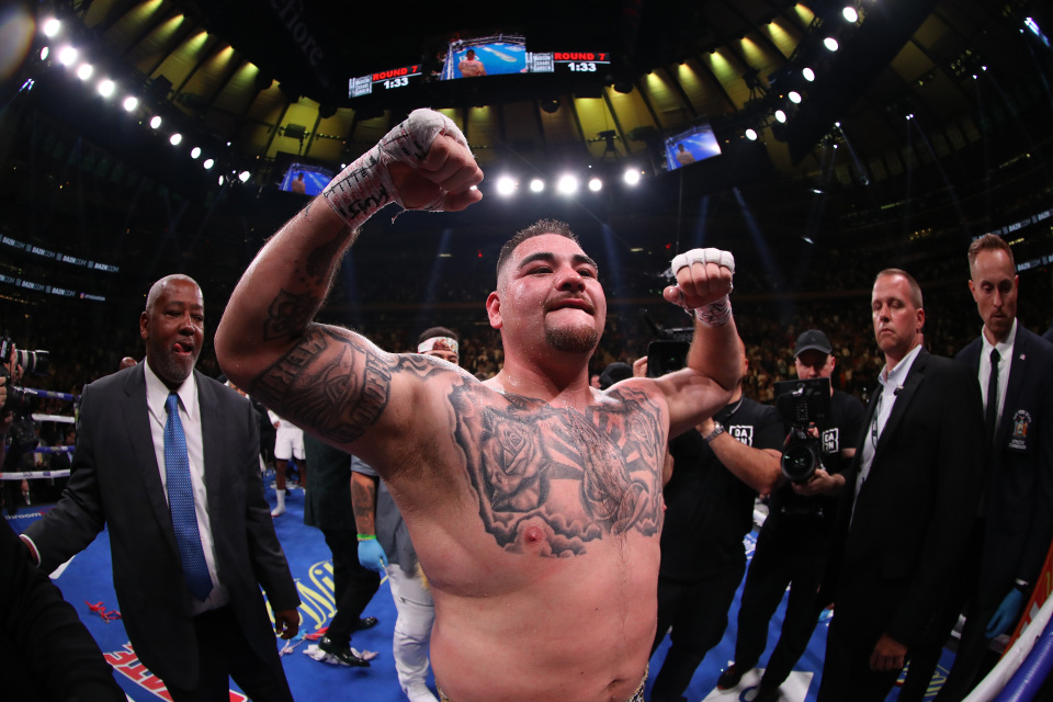 Ruiz celebra su soprendente victoria en la primera pelea contra Joshua.