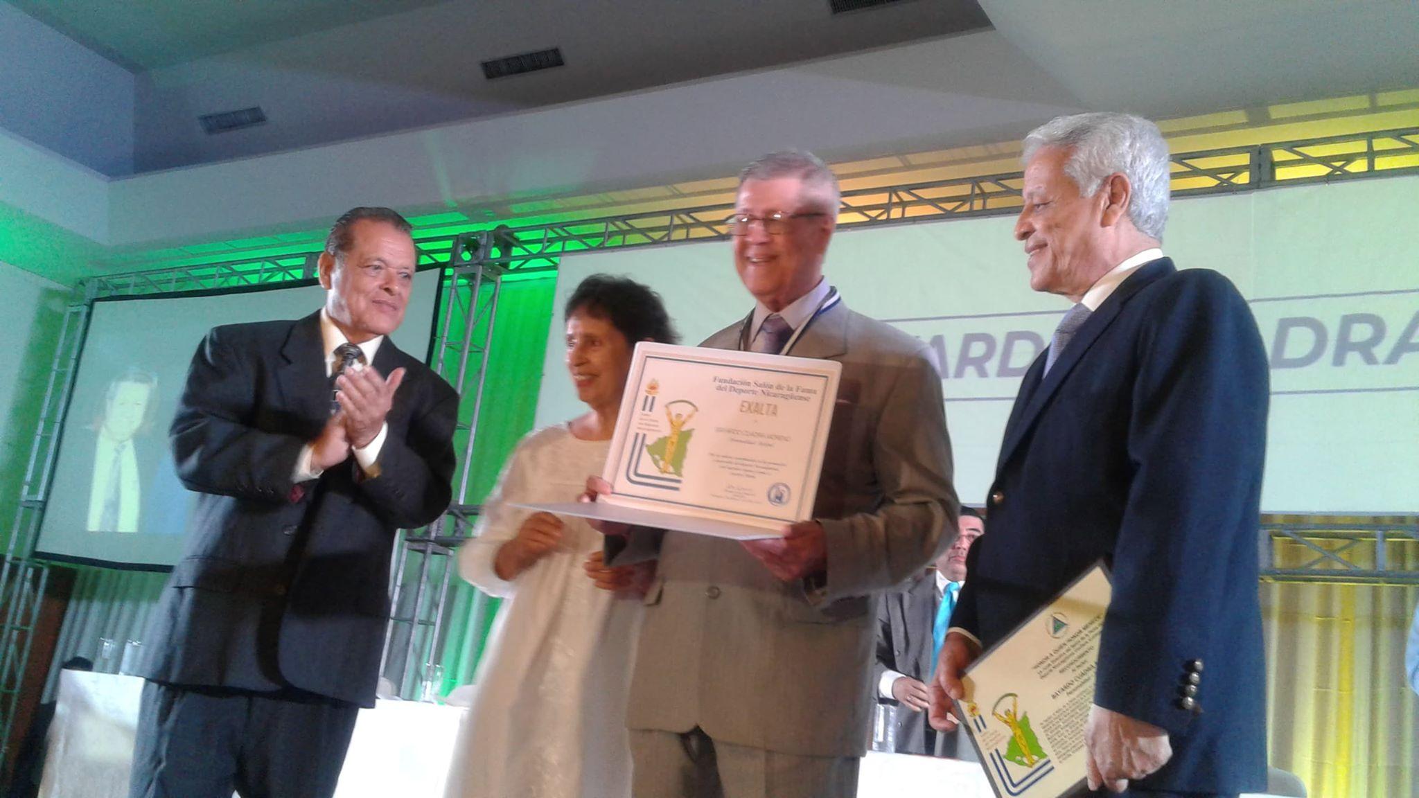 Bayardo Cuadra recibe su diploma del salón de la fama nicaraguense