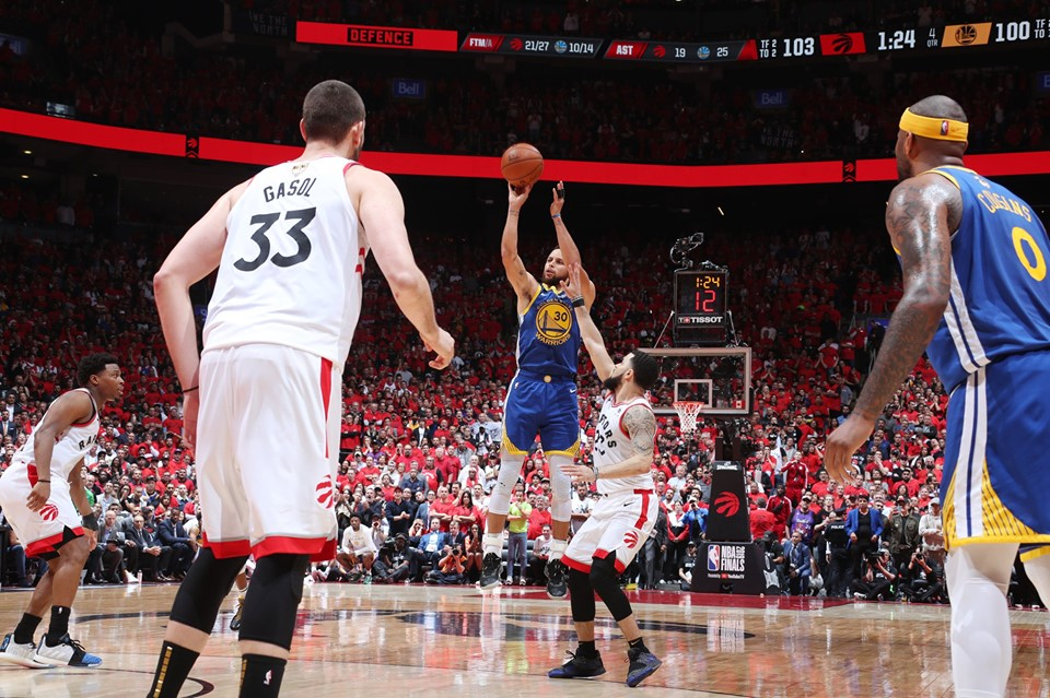 Curry fue el gran protagonista de la victoria de los Warrios