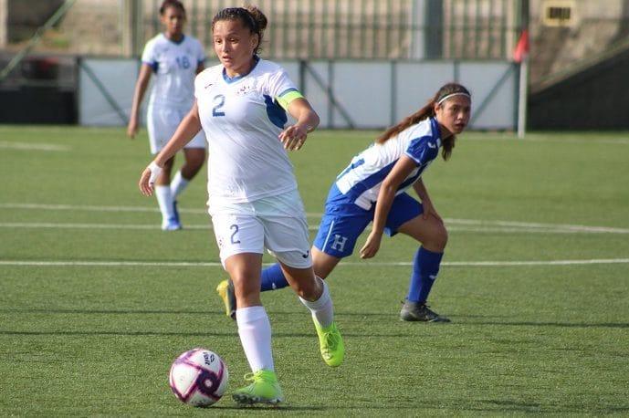 Sheyla Flores con la selección nacional femenina