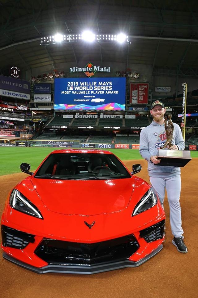 Strasburg posa con el trofeo de MVP y el auto de regalo.